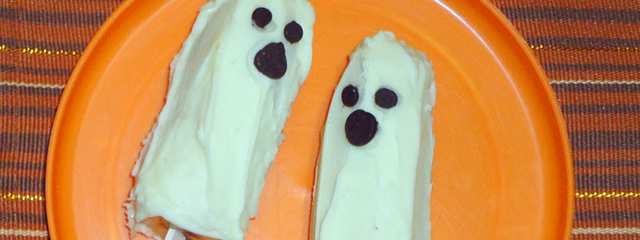 5 Healthy and Creative Halloween Party Food | Boonana pops, recipe and photo via Amber's Recipes | Banana pops covered in white chocolate with chocolate chips for the eyes and mouths of the ghosts.